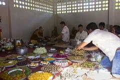Os povos dão o alimento e bebem-no à monge budista para seu grande meri Imagens de Stock