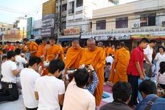 Os povos dão ofertas do alimento a 12.357 monges budistas Fotografia de Stock