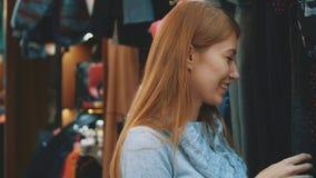 Os povos da compra, da forma, do estilo e do conceito são mulheres felizes vídeos de arquivo