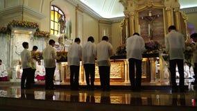 Os povos da configuração trazem ofertas ao altar durante a celebração maciça vídeos de arquivo