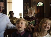 Os povos da igreja acreditam a fé religiosa fotos de stock
