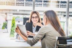 Os povos da mulher de negócio que apresentam o planeamento empresarial e a finança relatam da tabuleta para o CEO na sala do escr foto de stock