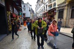 Os povos da multidão visitam a área histórica da cidade em Macau Fotos de Stock Royalty Free