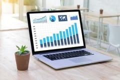 Os povos da tecnologia da informação do negócio trabalham a analítica dos dados duros Imagens de Stock