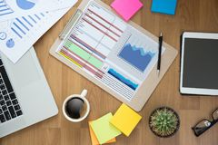Os povos da tecnologia da informação do negócio trabalham a analítica dos dados duros Imagem de Stock