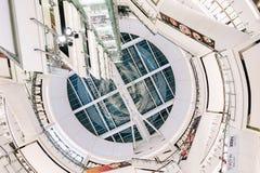 Os povos da vista inferior estão comprando no mundo central É uma plaza e um complexo de compra que seja o sexto - o complexo de  imagens de stock