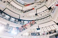Os povos da vista inferior estão comprando no mundo central É uma plaza e um complexo de compra que seja o sexto - o complexo de  fotografia de stock royalty free