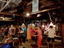 Os povos dançam à música da faixa fotografia de stock