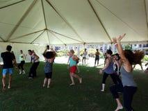 Os povos dançam exterior sob uma barraca durante a classe de dança ectática da meditação imagens de stock