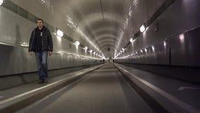 Os povos de HAMBURGO andam através do túnel velho de Elbe em Hamburgo Alemanha Evento com mais de 1 5 milhão visitantes & 300 nav video estoque