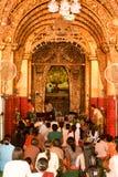 Os povos de Myanmar veneraram a estátua da Buda com o papel dourado Imagens de Stock Royalty Free