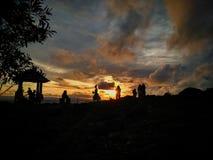 Os povos de nivelamento do sol apreciam-no conversando um com o otro foto de stock