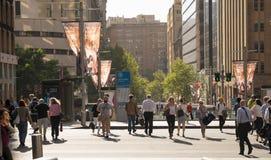 Os povos de Sydney na cidade cruzaram a rua durante após o horário laboral mim fotografia de stock