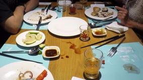 Os povos de Timelapse apreciam e comendo a refeição do bufete para o jantar no restaurante asiático vídeos de arquivo