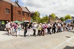 Os povos de todas as idades alinham a dança na rua Imagem de Stock Royalty Free