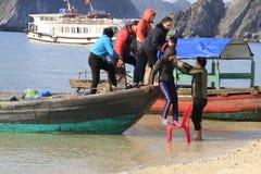 Os povos deixam o navio à costa fotos de stock royalty free