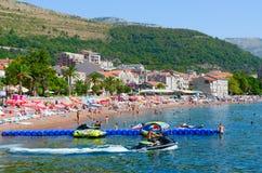 Os povos descansam na praia da estância turística popular de Petrovac, Montenegro Imagem de Stock