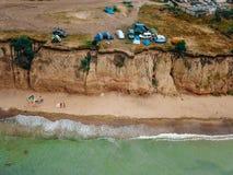 Os povos descansam na praia selvagem com suas famílias foto de stock royalty free
