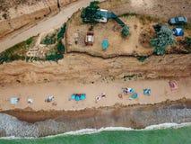 Os povos descansam na praia selvagem com suas famílias fotos de stock royalty free