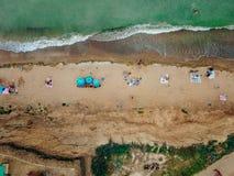 Os povos descansam na praia selvagem com suas famílias fotos de stock