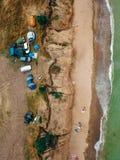 Os povos descansam na praia selvagem com suas famílias imagens de stock