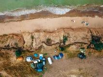 Os povos descansam na praia selvagem com suas famílias fotografia de stock
