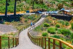 Os povos desconhecidos visitam o ponto de vista acima das nuvens no parque nacional de Teide em Tenerife, Espanha Fotografia de Stock Royalty Free