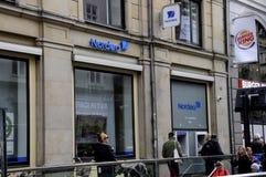 OS POVOS DESCONTAM NO BANCO ATM DE NORDEA Imagem de Stock