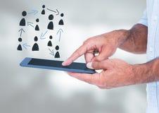Os povos desenhados à mão perfilam ícones com as mãos que guardam a tabuleta Fotos de Stock