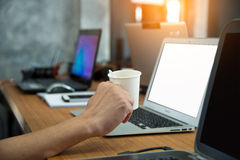 Os povos disponivéis do café estão trabalhando com computadores, telefones espertos o Fotos de Stock Royalty Free