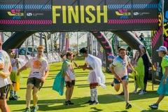 Os povos diversos que correm na cor correm a maratona em Joanesburgo fotos de stock