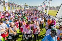 Os povos diversos que correm na cor correm a maratona em Joanesburgo foto de stock