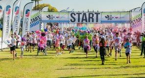 Os povos diversos que correm na cor correm a maratona em Joanesburgo foto de stock royalty free