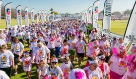 Os povos diversos que correm na cor correm a maratona em Joanesburgo fotografia de stock royalty free