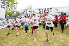 Os povos diversos que correm na cor correm a maratona em Joanesburgo imagem de stock