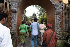 Os povos do Balinese preparam-se em Ubud para a família real Funera - 27 de fevereiro de 2018 imagens de stock royalty free