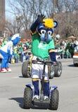 Os povos do cumprimento de Indiana Pacers Mascot Boomer no dia do St Patrick anual desfilam foto de stock
