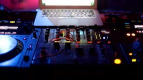Os povos do DJ que dançam tendo o divertimento e relaxam em um fundo borrado clube noturno DJ Luzes obscuras bonitas no salão de  video estoque
