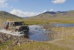 Os povos do Mongolian relocate a barraca nômada pelo carro em Kharkhorin, Mongólia Foto de Stock