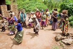 Os povos do pigmeu cantam e dançam em sua vila. Foto de Stock Royalty Free