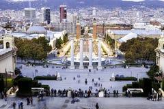 Os povos do turista em torno das quatro colunas aproximam a plaza de Espana, Barcelona Foto de Stock