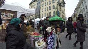 Os povos do vendedor vendem bom feito a mão na feira exterior do festival da rua video estoque