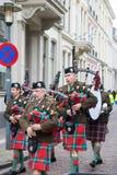 Os povos dos povos do festival de Dickens fundem em uma música de natal do Natal do órgão de tubulação Fotografia de Stock Royalty Free