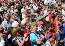 Os povos durante a celebração de Victory Day estão olhando um concerto na exposição de realizações econômicas Imagens de Stock Royalty Free