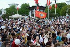 Os povos durante a celebração de Victory Day estão olhando um concerto na exposição de realizações econômicas Fotografia de Stock Royalty Free