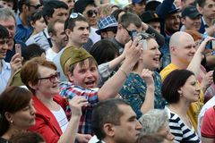 Os povos durante a celebração de Victory Day estão olhando um concerto na exposição de realizações econômicas Fotografia de Stock