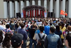 Os povos durante a celebração de Victory Day estão olhando um concerto na exposição de realizações econômicas Fotos de Stock