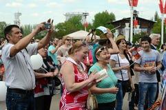 Os povos durante a celebração de Victory Day estão olhando um concerto na exposição de realizações econômicas Imagem de Stock
