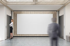 Os povos e o grande cartaz horizontal no escritório incitam Fotos de Stock