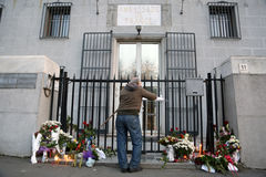 Os povos em Belgrado pagam o tributo às vítimas em Paris Fotografia de Stock Royalty Free